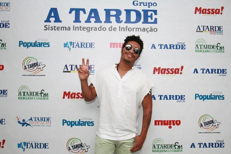 O artista esteve no Jornal A TARDE para divulgar o vídeo que foi gravado no Candeal - Foto: Tiago Caldas / Ag. A Tarde