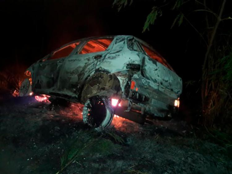 Carro incendiado foi localizado na noite de sábado