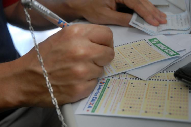 A aposta mínima na Mega da Virada custa R$ 3,50 e pode ser feita em qualquer uma das mais de 13 mil casas lotéricas - Foto: Agência Brasil
