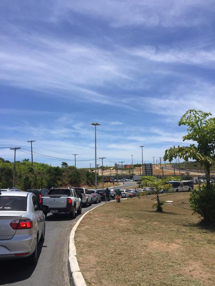 O transito permanece engarrafado na av Dorival Caymmi, no bairro Itapuã, sentido São Cristóvão - Foto: Hilcelia Falção | Ag A TARDE