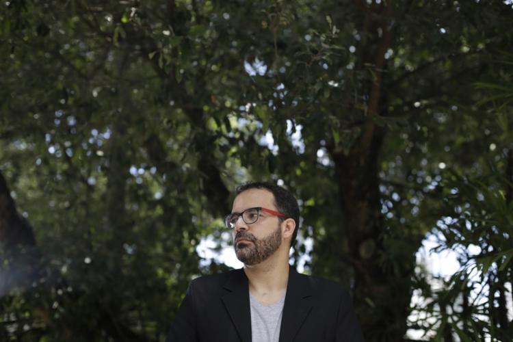 O historiador Daniel Rebouças estuda a evolução da eletricidade em Salvador há seis anos - Foto: Raul Spinassé | Ag. A TARDE