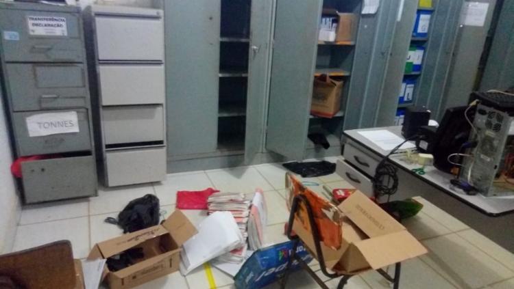 Escola foi revirada e teve materias espalhados - Foto: Divulgação