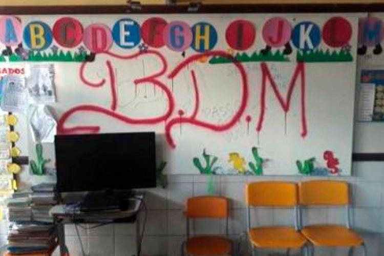 Jovens invadiram a unidade escolar e picharam paredes com sigla de facção criminosa - Foto: Cidadão Repórter