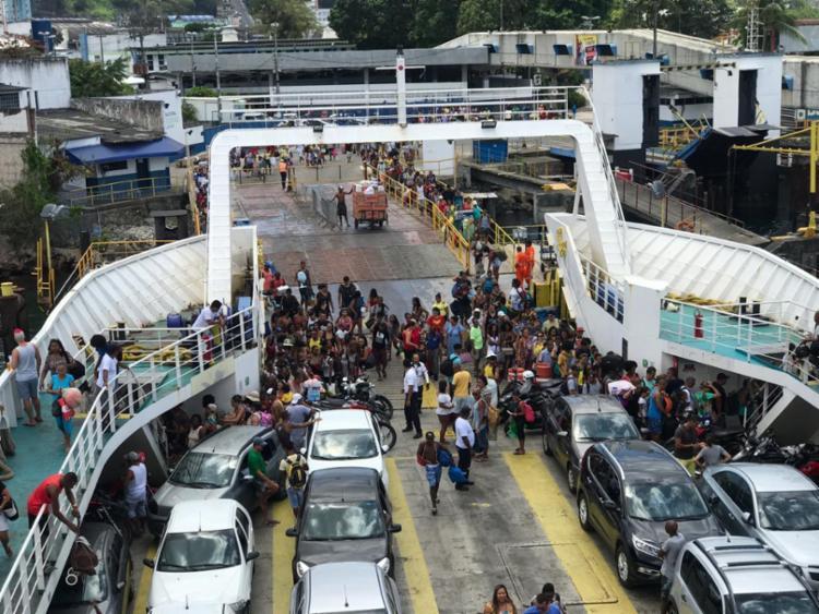 Passageiros embarcam no ferry Zumbi dos Palmares - Foto: Xando Pereira | Ag. A TARDE