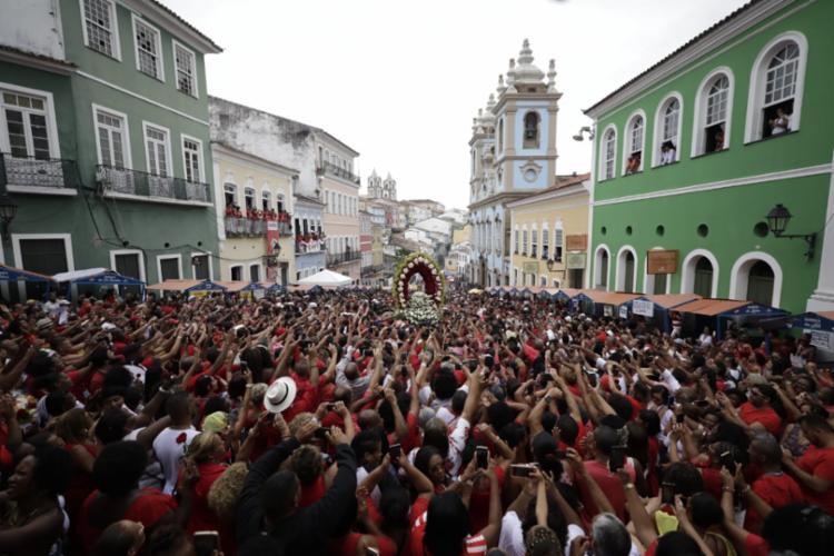 Milhares de fiéis participam da festa no Centro Histórico - Foto: Raul Spinassé | Ag. A TARDE