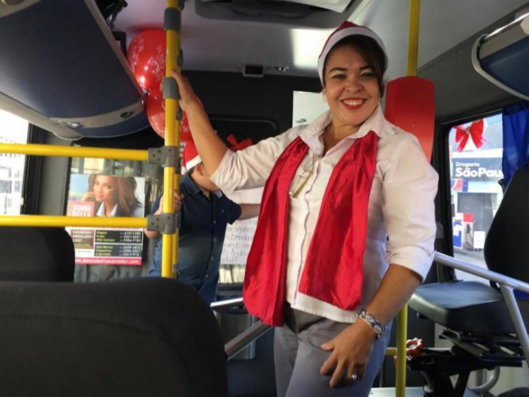 Mamãe Noel Andréia recebeu os passageiros convidados e ficou responsável pela decoração