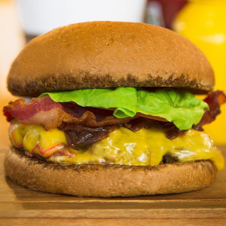 Na Muu é possivel criar seu próprio hambúrguer, você que escolhe o pão, os recheios, o tipo de hambúrguer e o molho que deseja