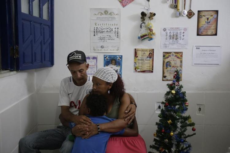 Jesus, Nellys e o filho, Cheyderfer, colocaram na parede memórias da Venezuela - Foto: Raphael Müller / Ag. A TARDE