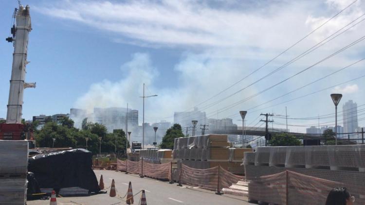 Guarnições estão a caminho do local para controlar as chamas - Foto: Lhays Feliciano | Ag. A TARDE