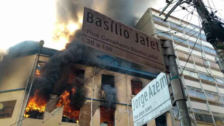O fogo atingiu o prédio da loja A Gaivota, na esquina das ruas Jorge Azem e Cavalheiro Basílio Jafet - Foto: .