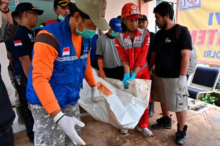 Equipes conseguiram resgatar vítimas de regiões mais remotas que foram afetadas pelo tsunami - Foto: Adek Berry | AFP