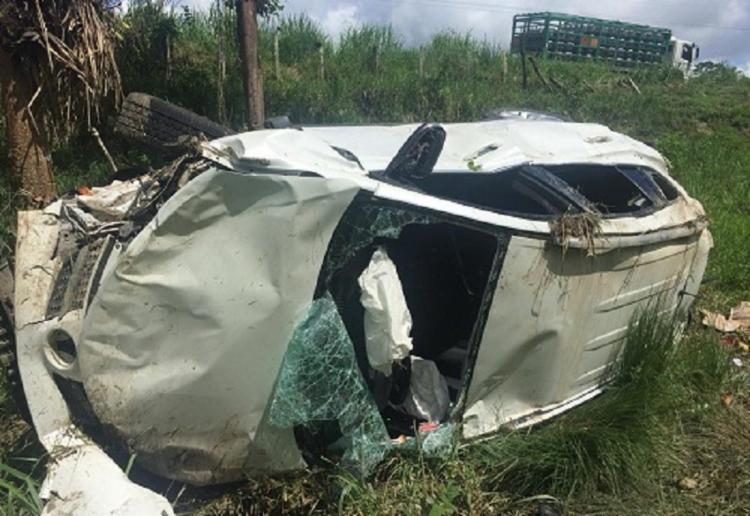 O carro capotou diversas vezes numa ribanceira e ficou destruído - Foto: Reprodução | Giro Ipiaú
