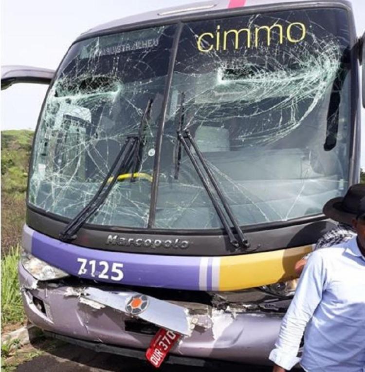 A frente do ônibus ficou destruída pelo impacto - Foto: Reprodução | Itambé Agora
