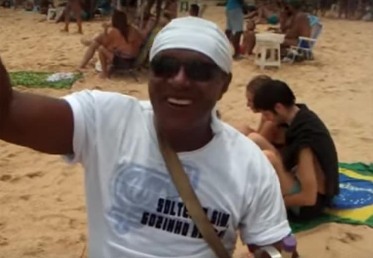 Vendedor faz a alegria de banhistas no Porto da Barra - Foto: Reprodução   Youtube