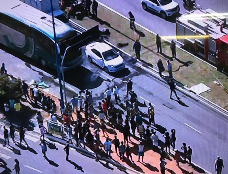 Manifestantes colocaram objetos na pista - Foto: Reprodução