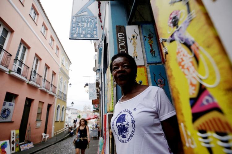 Dona Nalvinha, filha de mestre Bimba, viaja o mundo todo para ensinar samba de toda
