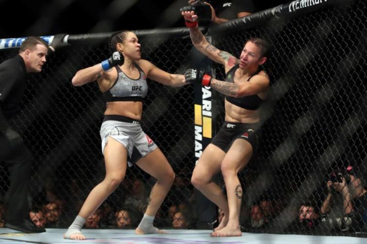 Amanda Nunes levou 51 segundos para derrotar a então campeã Cris Cyborg - Foto: Divulgação   UFC
