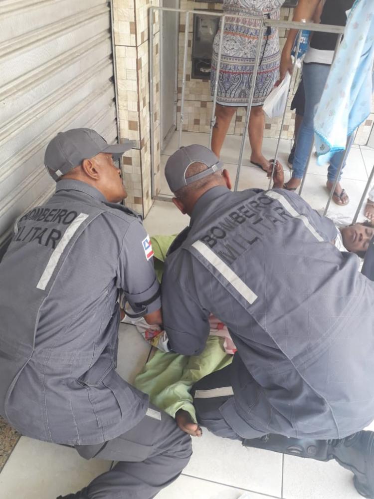 O parto foi realizado na rua e os militares auxiliaram a mãe e o filho até a chegada da ambulância - Foto: Divulgação | CBMBA