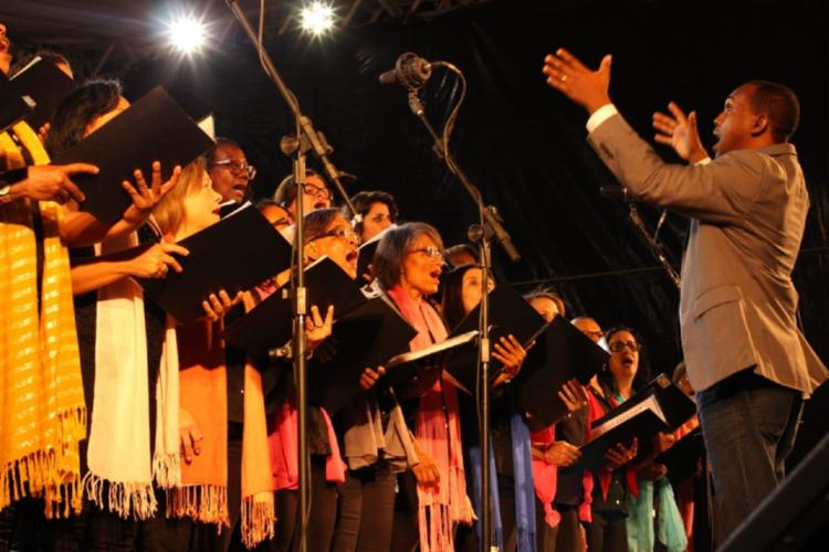 Com um coral de 80 vozes composto por adultos e crianças, além de instrumentistas convidados, o grupo traz clássicos deste período do ano - Foto: Divulgação