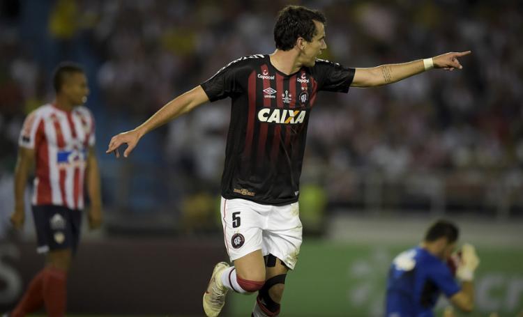 O atacante Pablo marcou o gol do Furacão na Colômbia - Foto: Raul Arboleda l AFP
