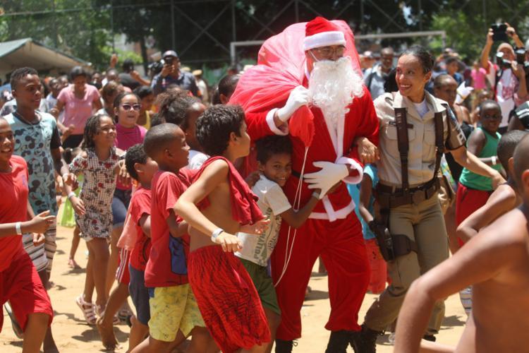 O momento mais esperado foi a chegada do Papai Noel, que aterrissou de helicóptero do Graer - Foto: Luciano da Matta l Ag. A TARDE