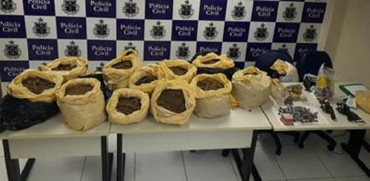 Com os suspeitos, os agentes policiais encontraram 50 kg de cocaína, maconha e crack além de duas armas de fogo. - Foto: Divulgação | Verdinho Itabuna