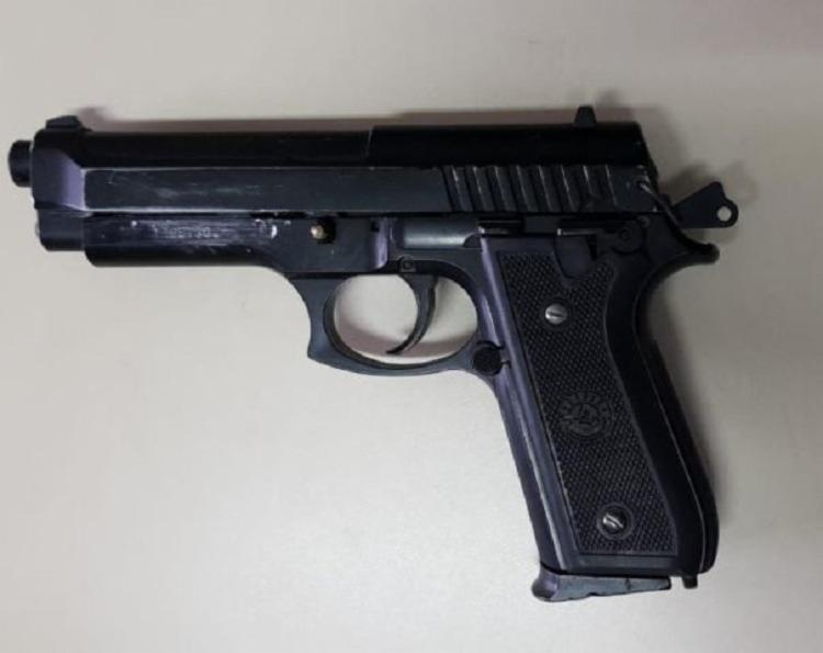 Com a dupla foi apreendida um simulacro de pistola, uma quantia de R$58 e um aparelho celular roubado. - Foto: Divulgação | Acorda Cidade