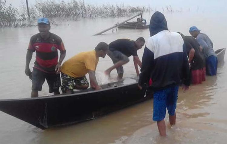 A embarcação tinha capacidade para 4 pessoas, mas transportava 6 pescadores quando afundou - Foto: Reprodução l Central de Notícias