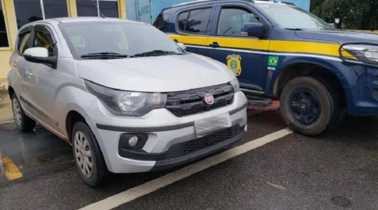 O Fiat/Mobi possuía registro de roubo e transitava com placas clonadas - Foto: Divulgação PRF