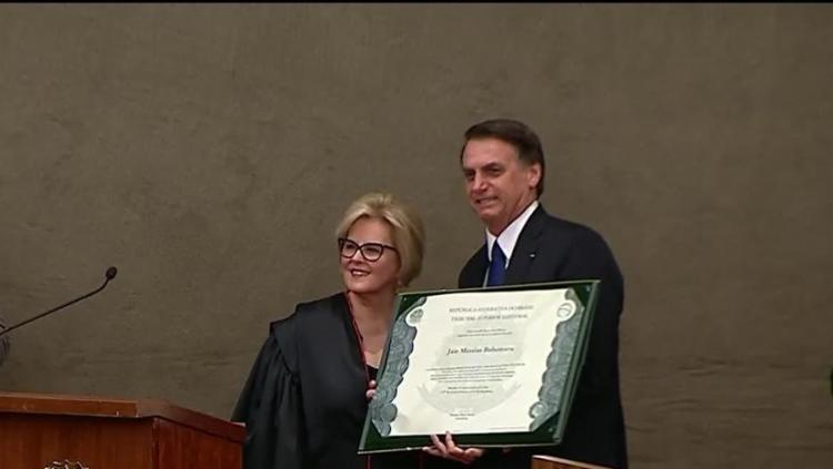 Os diplomas são assinados pela presidente do TSE, ministra Rosa Weber - Foto: Reprodução | NBR