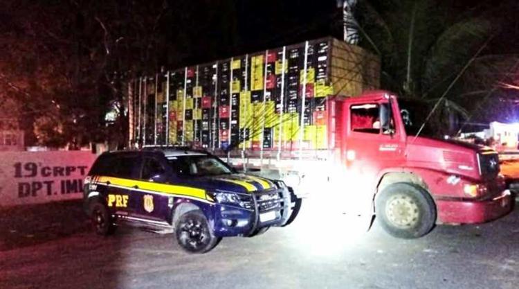 O caminhão e o condutor foram levados à delegacia de Senhor do Bonfim - Foto: Divulgação   PRF