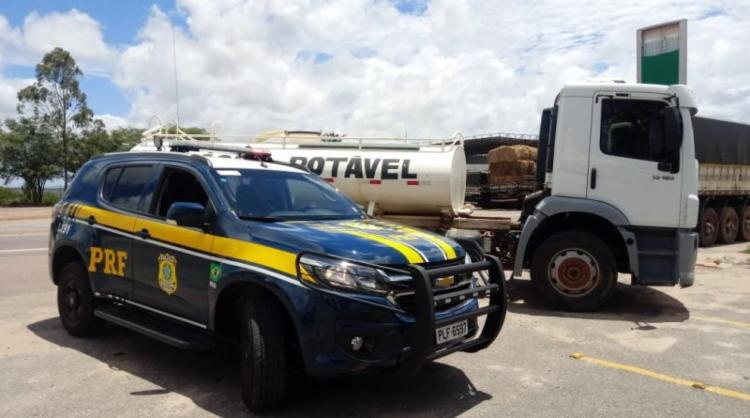 Veículo destinado ao transporte de água potável foi recuperado por policiais rodoviários - Foto: Divulgação | PRF-BA