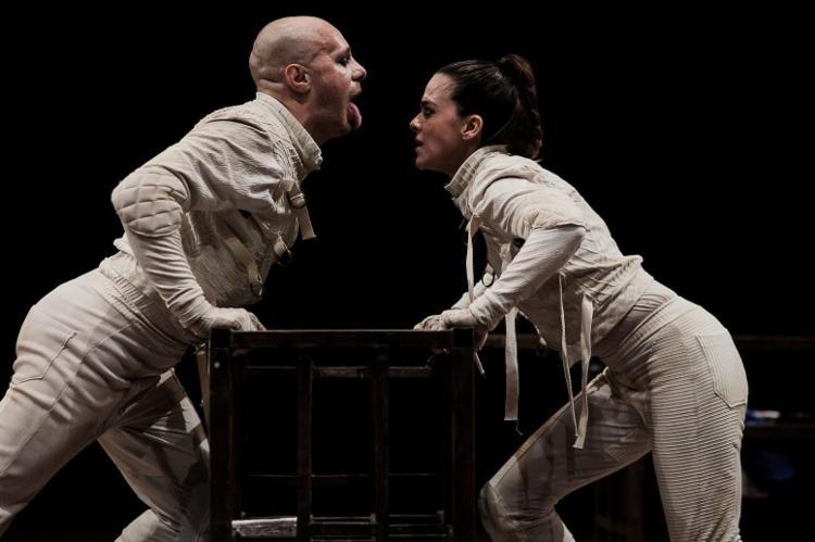Duda Woyda e Mariana Moreno encenam dramaturgia crítica do mundo contemporâneo - Foto: Heder Novaes | Divulgação