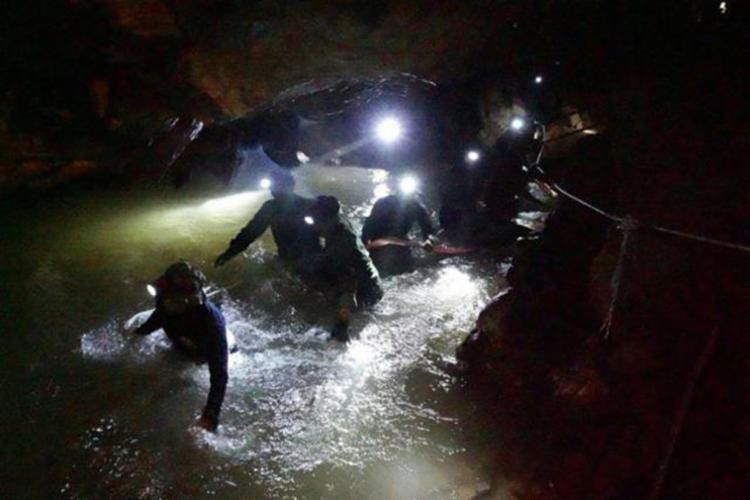 12 garotos e o técnico, ficaram presos em uma caverna durante 18 dias