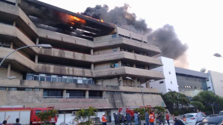 O incêndio de grandes proporções chegou a atingir pavimentos da sala de ex-deputados e da União de Vereadores da Bahia.