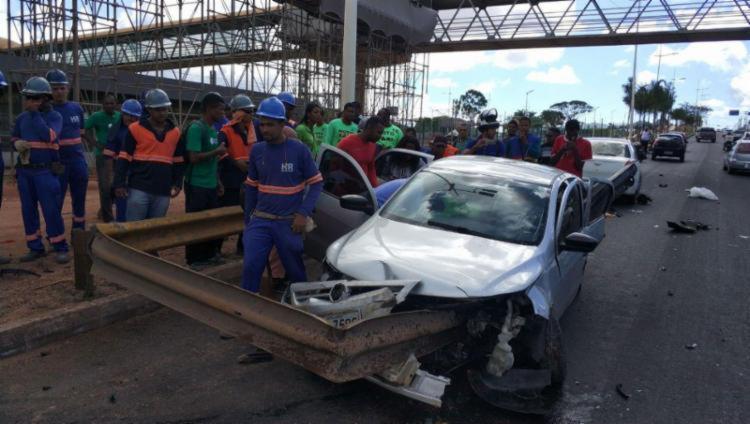 O acidente ocorreu após a assistente social Ana Carolina de Andrade Soares atingir a estrutura metálica que acabou atravessando o carro.