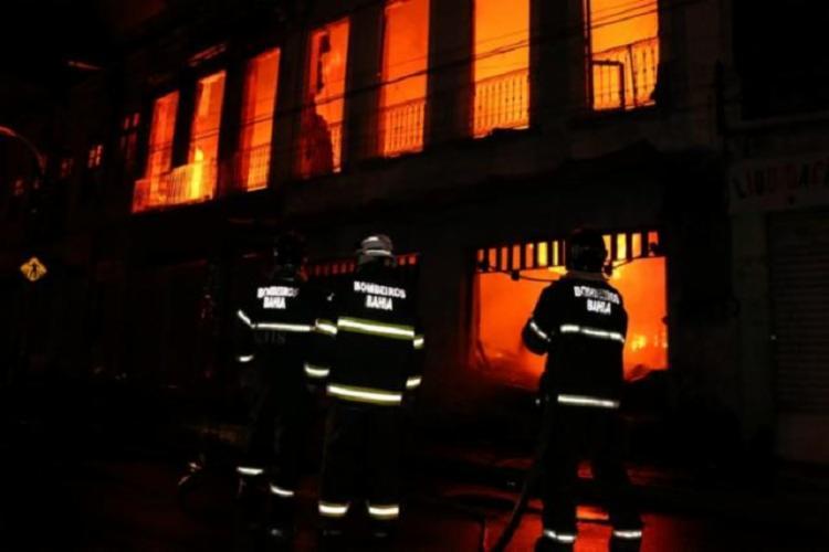 O incêndio atingiu dois casarões e o desabamento causou a morte de um idoso de 85 anos.