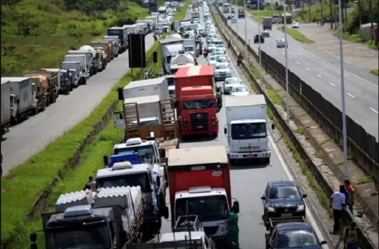 A greve aconteceu devido a reivindicação na redução do preço dos combustíveis e a paralização atingiu diversos setores no país.