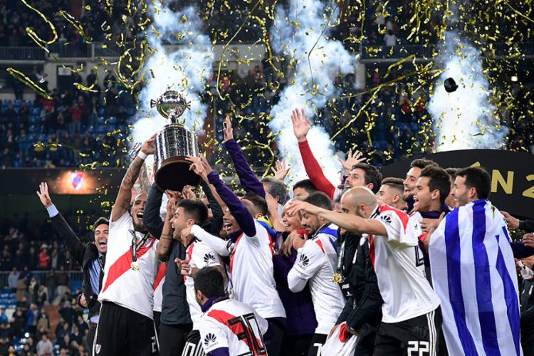 Jogadores comemoram vitória e conquista da taça - Foto: Javier Soriano | AFP