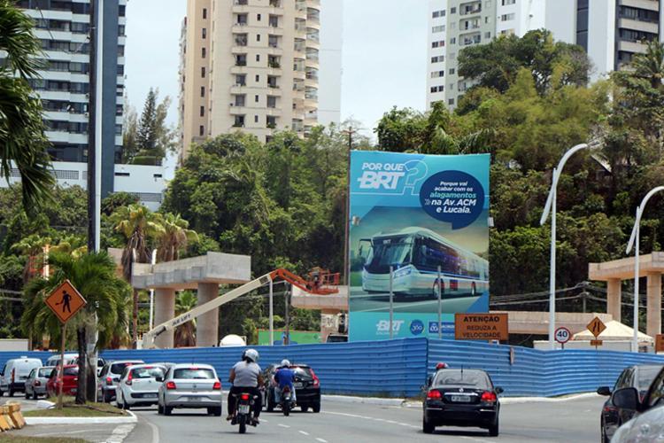 Em um dos acidentes, carro invadiu canteiro do BRT, na avenida ACM - Foto: Bruno Concha | SECOM | PMS