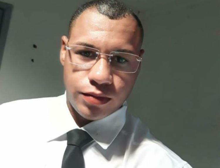 Wilker Correia da Costa, 24 anos, estava na frente do estabelecimento quando foi surpreendido - Foto: Reprodução | blog Central de Polícia