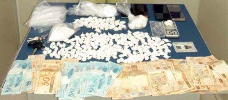 Foram apreendidos centenas de petecas de cocaína, embalagens para a comercialização do entorpecente, uma balança de precisão e celulares