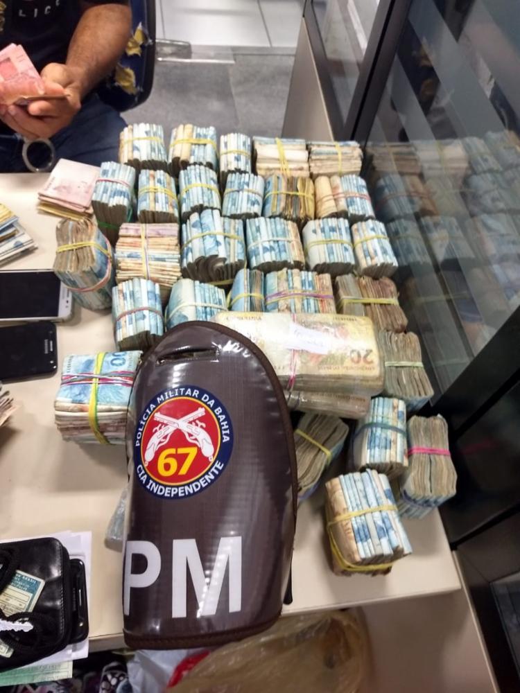 Suspeito não soube informar a origem da quantia encontrada pela polícia - Foto: Divulgação | SSP-BA