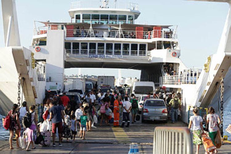 A expectativa é que uma sétima embarcação passe a operar no período da tarde para atender a demanda - Foto: Tiago Caldas | Ag. A Tarde