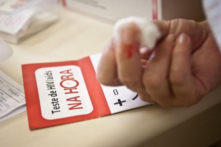 No Brasil, o Ministério da Saúde estima que 866 mil pessoas viviam com o HIV no ano passado - Foto: Agência Brasil