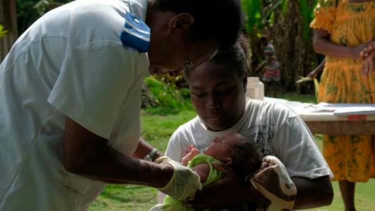 Joy Nowai foi vacinado nesta terça-feira, 18, em uma ilha remota no país de Vanuatu - Foto: Divulgação | Unicef
