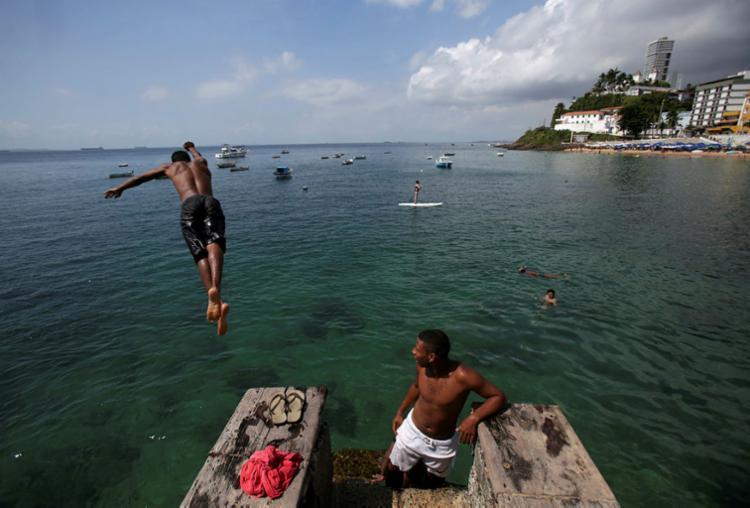 Porto da Barra é uma das praias mais procuradas de Salvador nesta época - Foto: Raul Spinassé | Ag. A TARDE