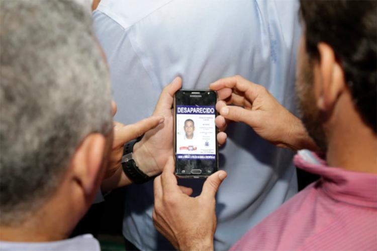 Vereadores conferem foto de Vado no site de Desaparecidos