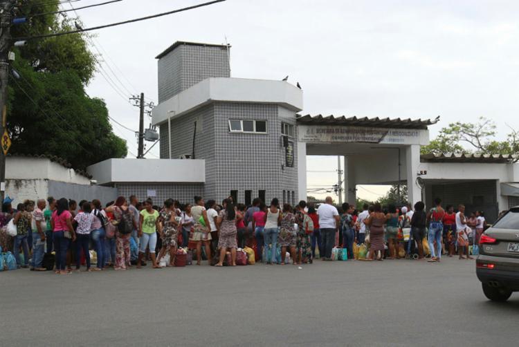 Visitas do Completo Penitenciário da Mata Escura Relatam Revista vexatória - Foto: Tiago Caldas | Ag. A TARDE