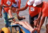 Cadeiras adaptadas possibilitam o banho de mar para pessoas com mobilidade reduzida   Foto: Divulgação   Braskem